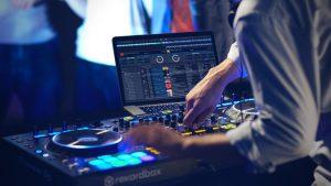 Comment trouver et louer un DJ pas cher !
