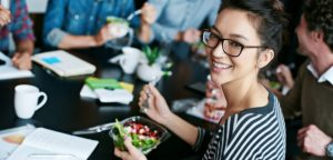 Comment manger sainement au bureau grâce à la livraison de repas !